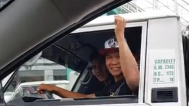 Two Motorists Went Viral After Playing Jack En Poy In The Middle Of Traffic