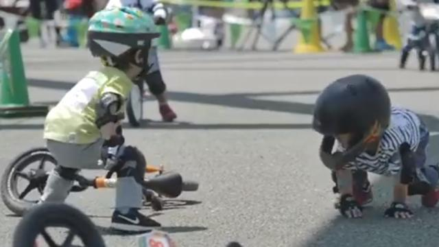 Little boy sees his opponent falls off his bicycle during a race and his heartwarming gesture melts
