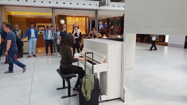 This is amazing! A spontaneous piano-sax performance with