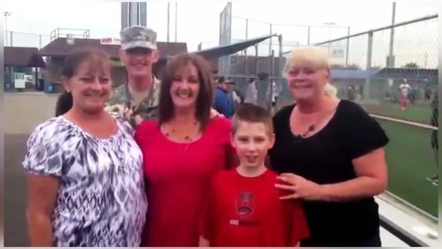 Soldier Sneaks Into A Family Photo And Gives Mom The Surprise Of A Lifetime