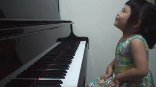 Amazing 3-year-old baby girl plays Grade 5 piano _ 師承邱世傑