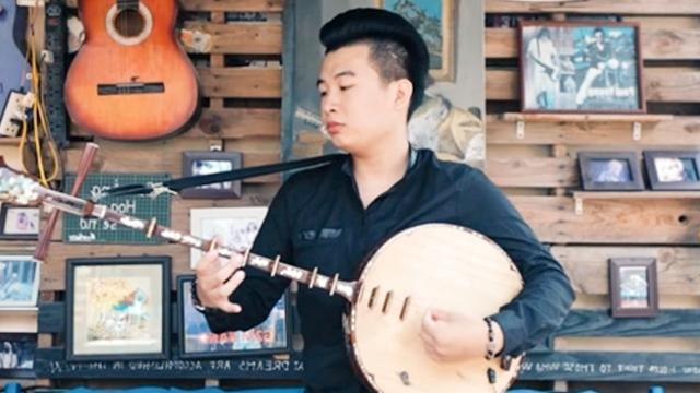Using double-stringed lute to cover a famous song _#8220;Way back home_#8221;, Vietnamese young man