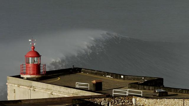 Here Are 9 Mesmerizing Minutes of Large, Empty Nazaré; Video