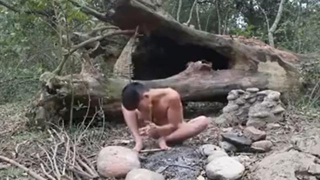 The boy grilled meat on stone and the result makes viewers salivate