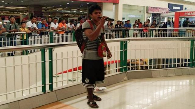 Video Of A Guy Singing In A Mall To Earn Money For His Wife Who Is In The Hospital, Touched The Hear