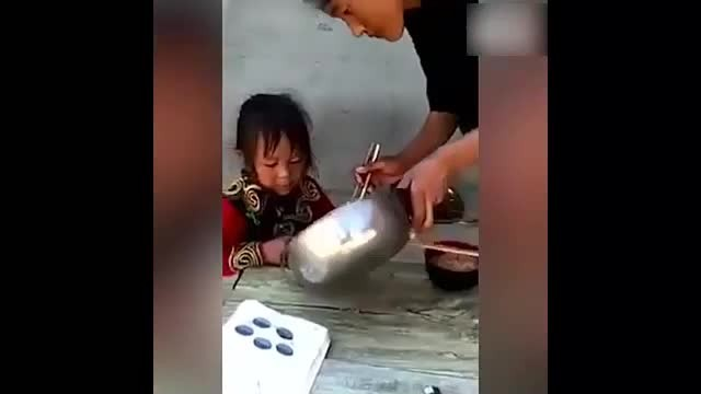 Poor family condition, mother spent the whole meat dish to her daughter, but the daughter's behavior