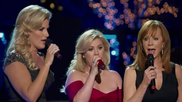 Kelly Clarkson - Silent Night ft Trisha Yearwood, Reba