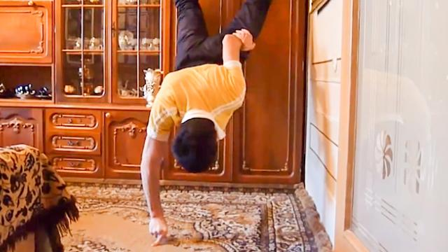 Iron man! Video of fitness freak doing amazing push ups