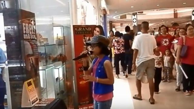The Girl Only Checked the Microphone by Singing My Heart Wil Go on Which Made All Customers in th