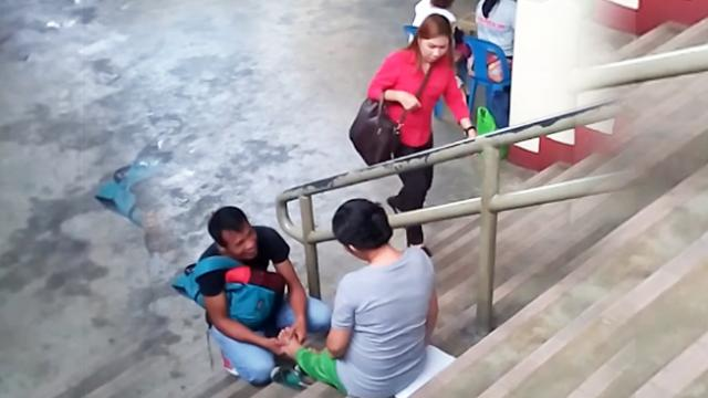 Loving Husband Massaging Pregnant Wife's Tired Feet In Public, Touched The Hearts Of Everyone!