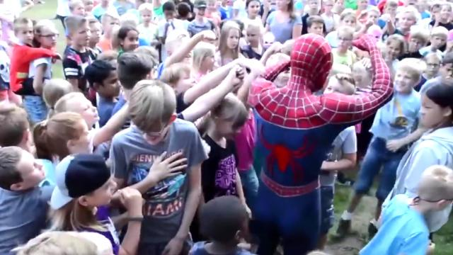 400 niños disfrutaban de la fiesta y de pronto Spiderman decide