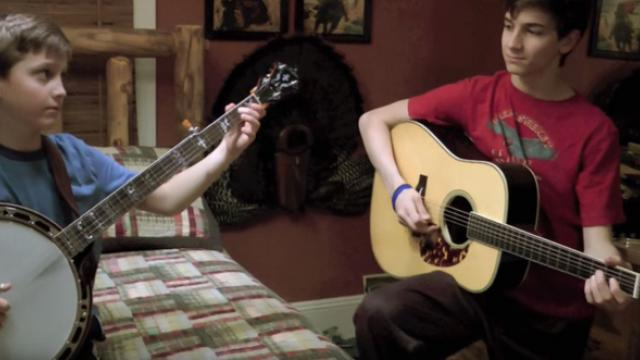 9-Year-Old Starts Playing Banjo For Mom But Instant Brothers Join In Spectacular Duel Leaves Interne