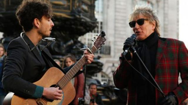 Rod Stewart Hears Street Performer Play His Song, Grabs Mic & Starts To Sing