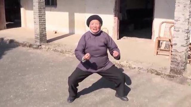 94-year-old grandma does kung fu as skillfully as the young