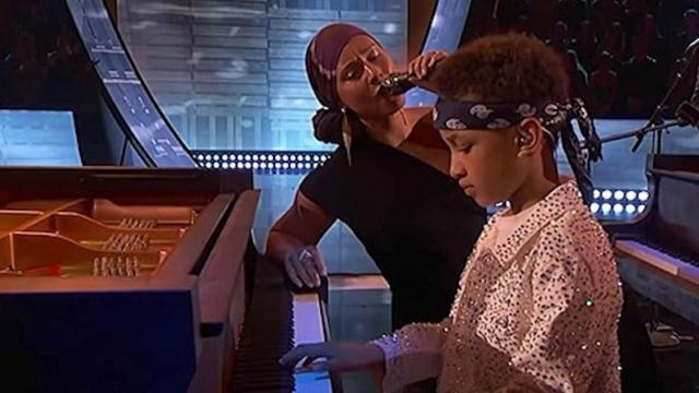 Alicia Keys interpreta Raise A Man junto a su hijo dando una