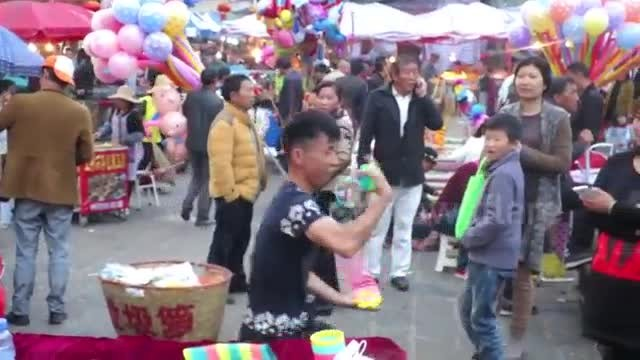 Slinky salesman wows passers-by with impressive skills with toys