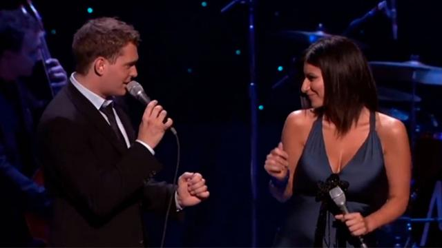 "Michael Bublé y Laura Pausini enamoran a todos con ""You will never Find"""