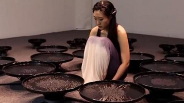 Artist Uses Brainwaves To Manipulate Water – Incredible Display