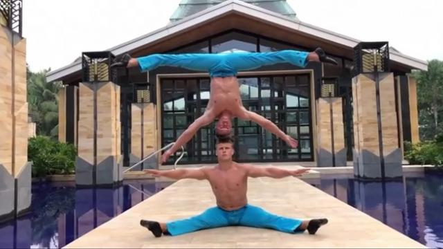 Duo performs crazy headstand 'mirror' stunt