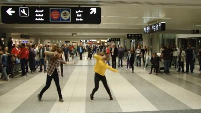 A Man Proposed His Girlfriend in the Airport by Using Flashmob Dance