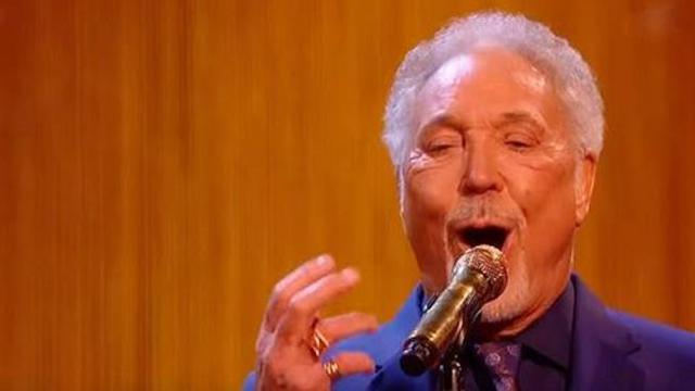 Uma finalista do The Voice UK se junta a Tom Jones para uma
