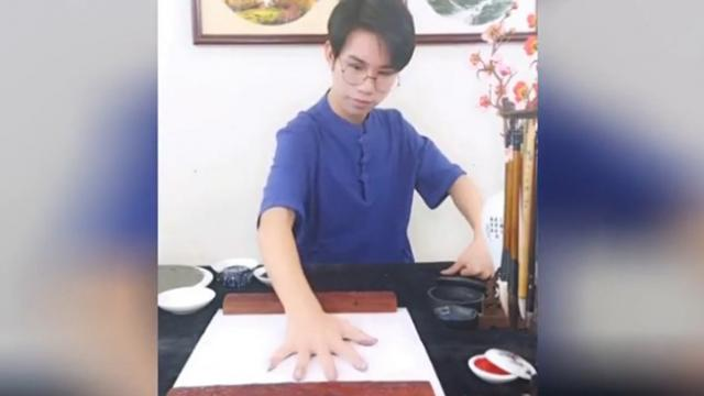 Talented Chinese artist paints with his bare hands