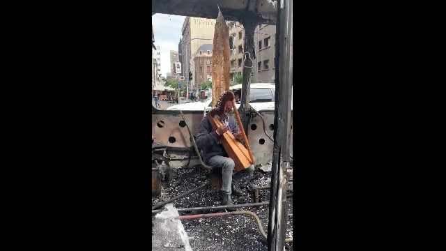 Viralizan video de adulto mayor tocando el arpa en Santiago