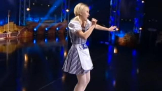 Little Blond Girl Twists Her Voice To Amaze The Judges