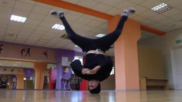 Armando cubo rubik haciendo break dance