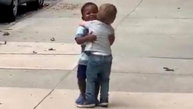 Dad posts adorable video of toddler besties running toward each